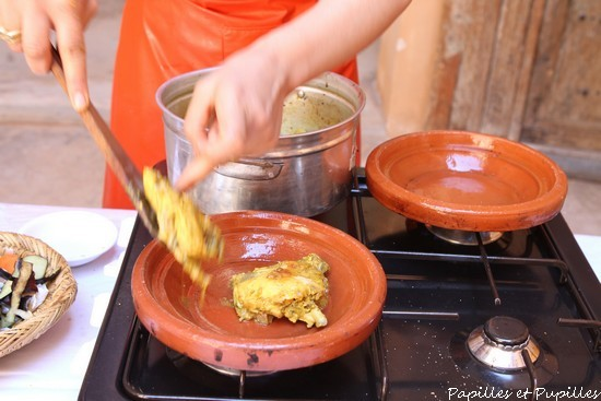 Mezclar, cocinar de 2 a 3 minutos más y listo.  Disponer en un plato de tagine o en la fuente de servir.
