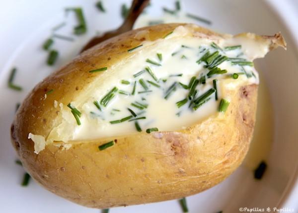 Patata al horno con nata y cebollino
